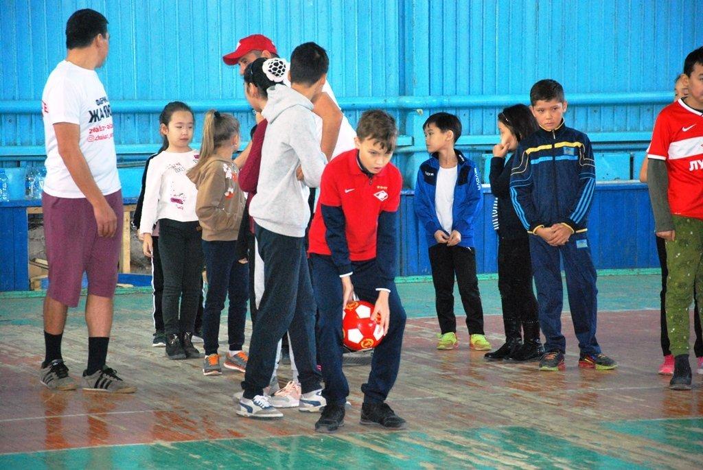 В Актау фанаты футбола организовали для детей благотворительную акцию, фото-21