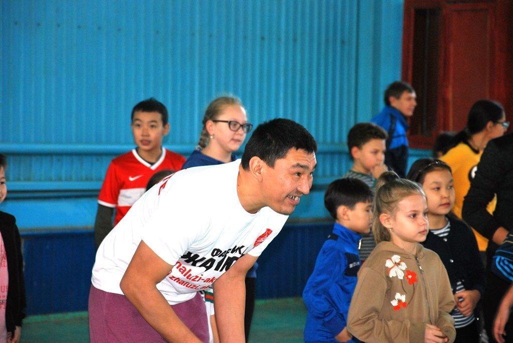 В Актау фанаты футбола организовали для детей благотворительную акцию, фото-9