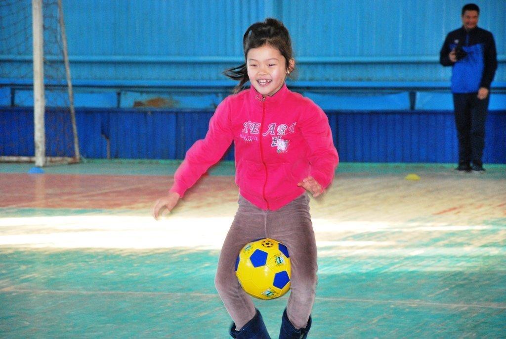 В Актау фанаты футбола организовали для детей благотворительную акцию, фото-11