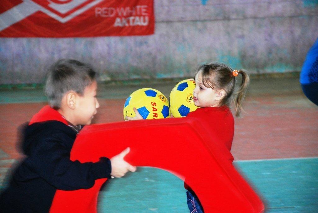 В Актау фанаты футбола организовали для детей благотворительную акцию, фото-1