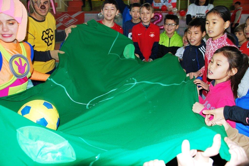 В Актау фанаты футбола организовали для детей благотворительную акцию, фото-23