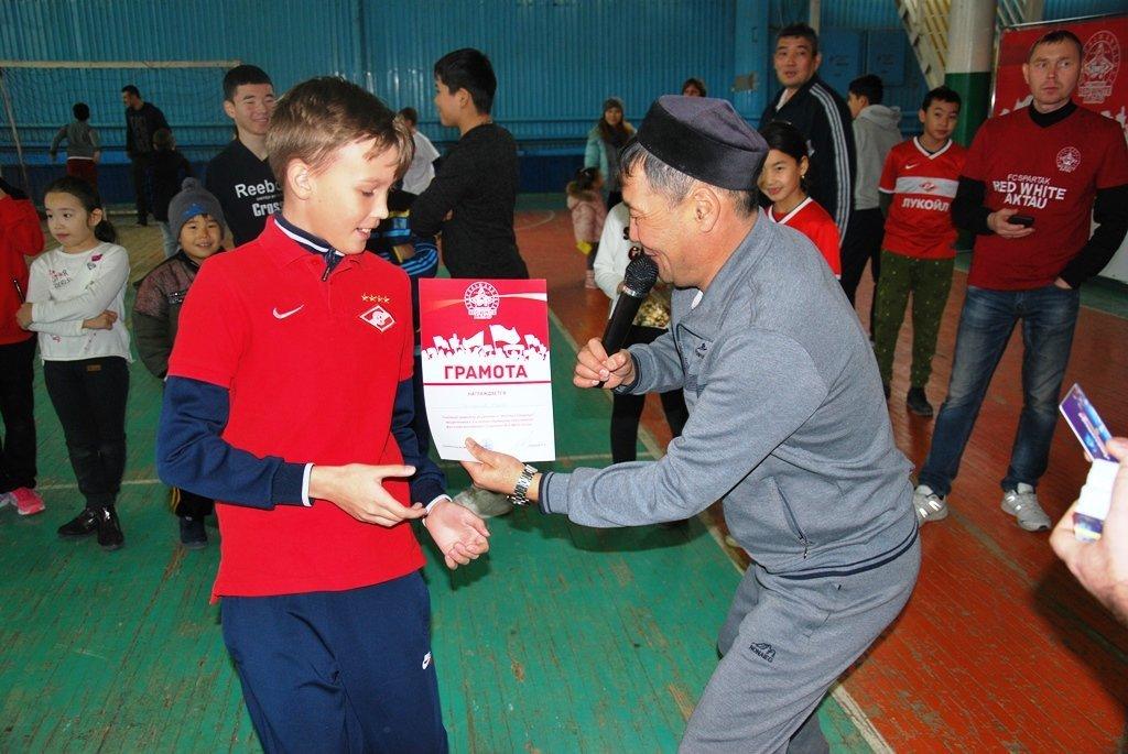В Актау фанаты футбола организовали для детей благотворительную акцию, фото-17