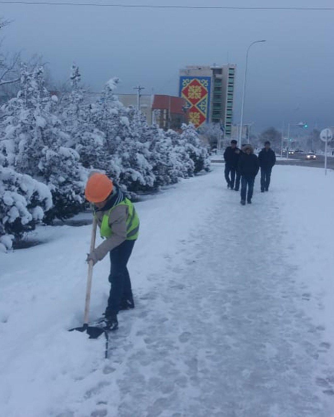 Коммунальные службы Актау борются с последствиями снегопада (ФОТО), фото-1