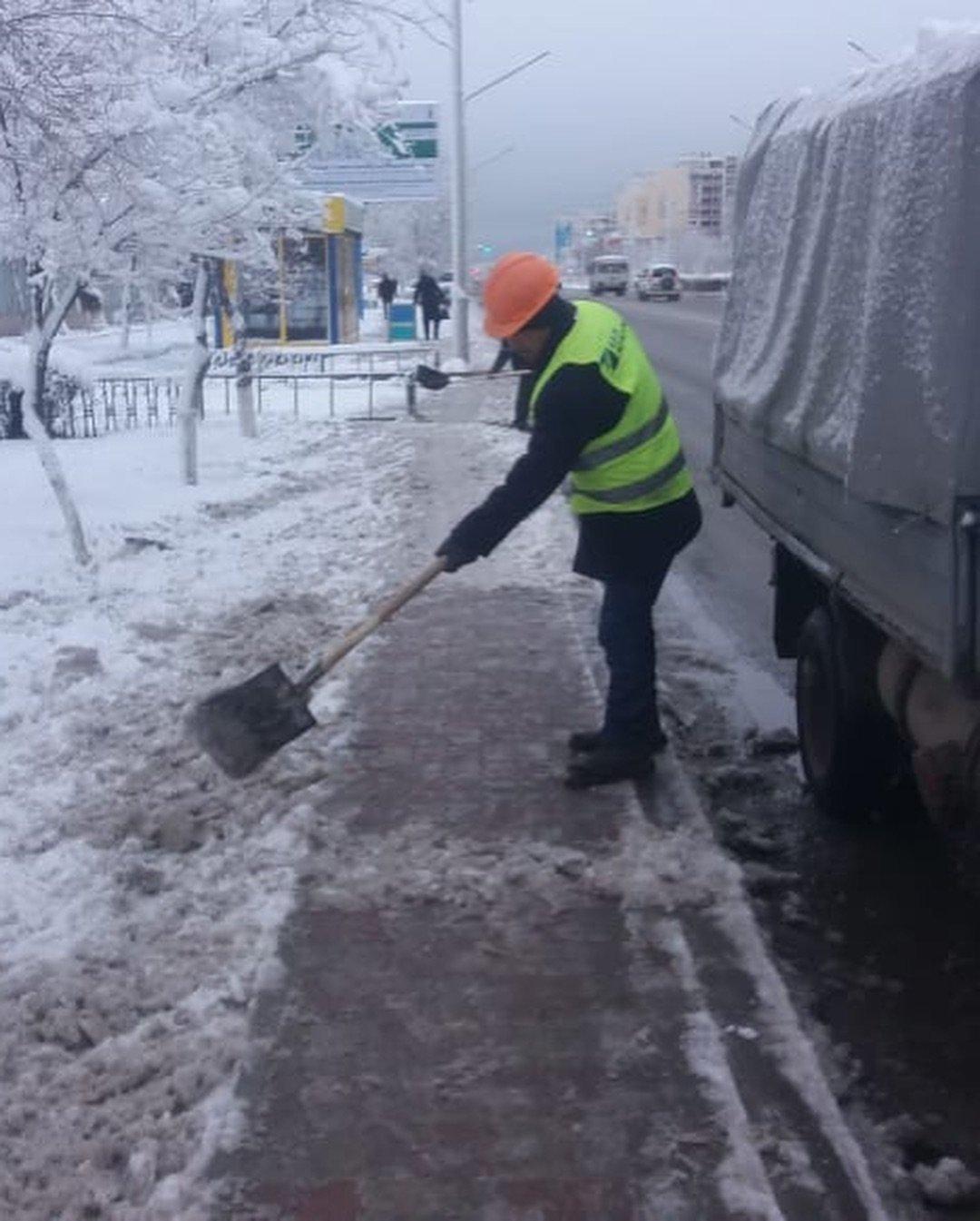 Коммунальные службы Актау борются с последствиями снегопада (ФОТО), фото-2