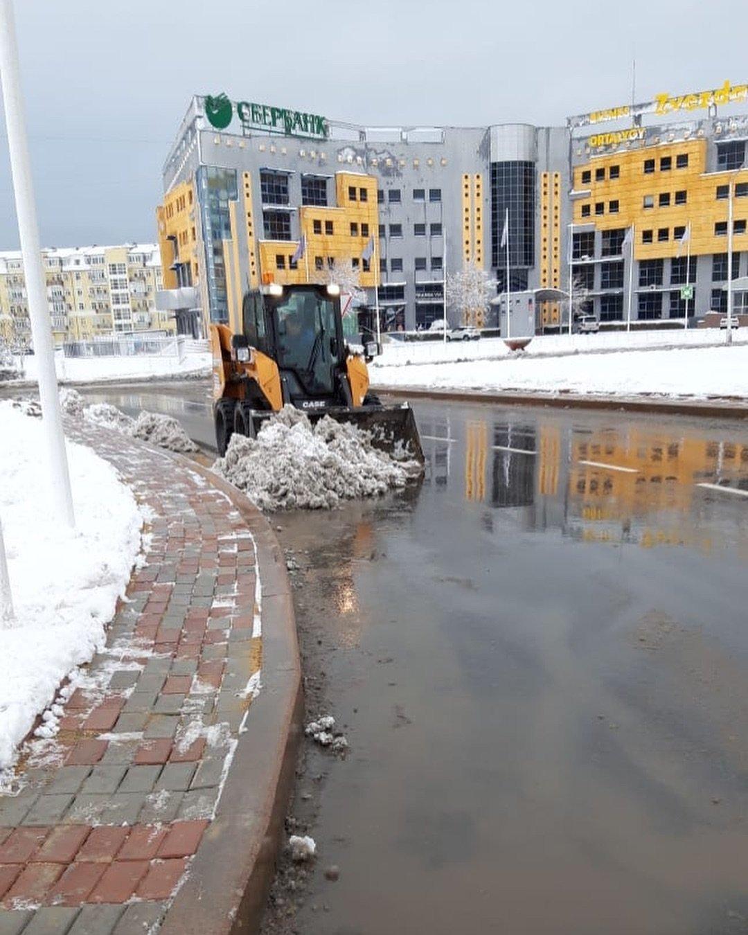 Коммунальные службы Актау борются с последствиями снегопада (ФОТО), фото-3