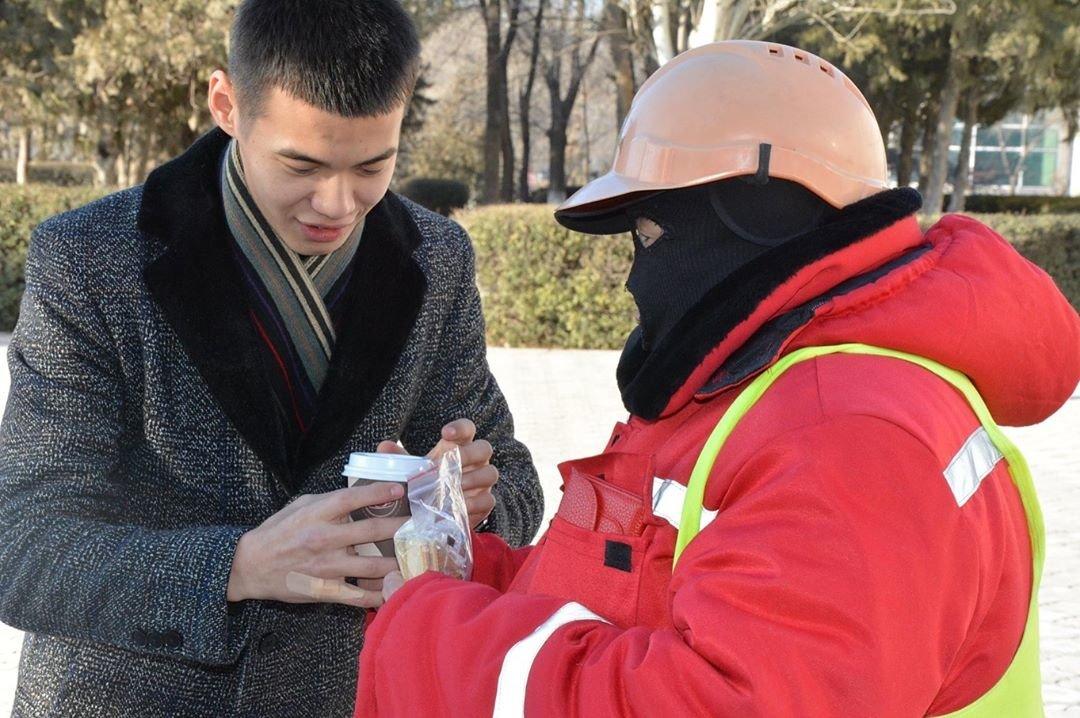 Добрую акцию устроили для озеленителей в Жанаозене (ФОТО), фото-1