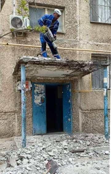 В 14 микрорайоне Актау меняют аварийные козырьки, фото-1