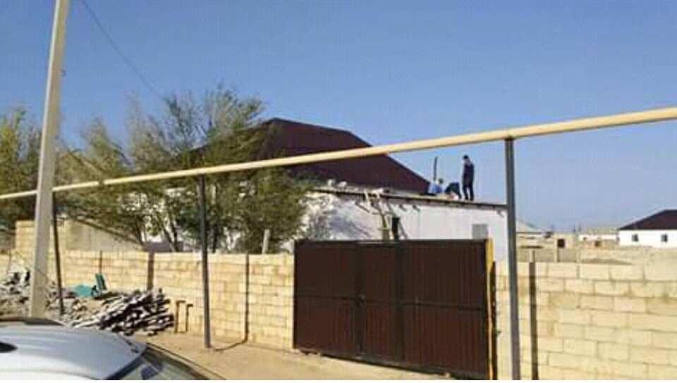 Жителю Бейнеу сельчане помогли отремонтировать разрушенный ветром дом, фото-1