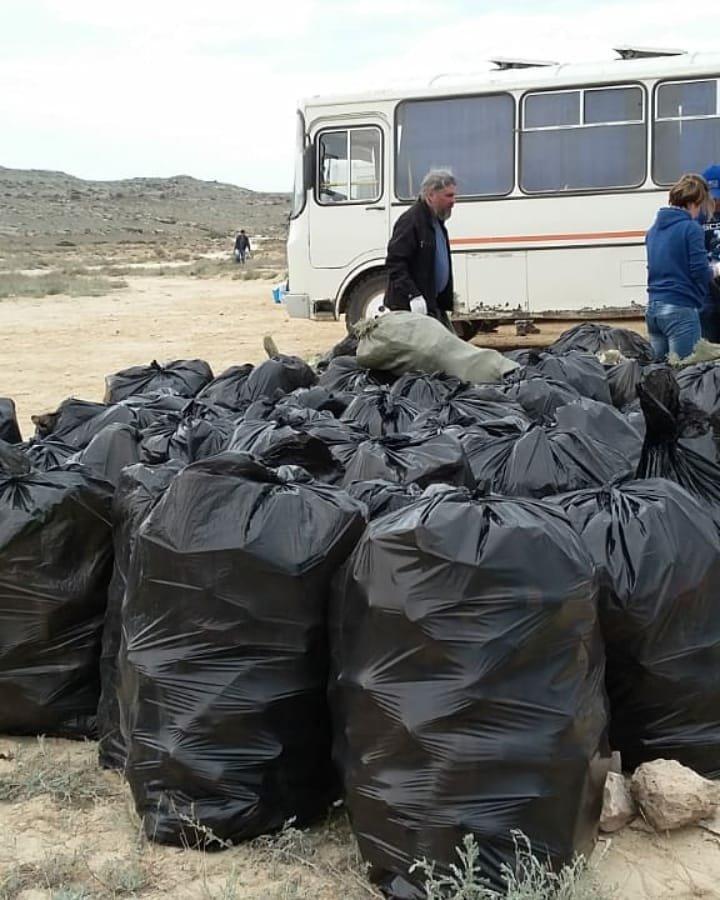 150 мешков мусора вывезли волонтеры с побережья в Мангистау, фото-1