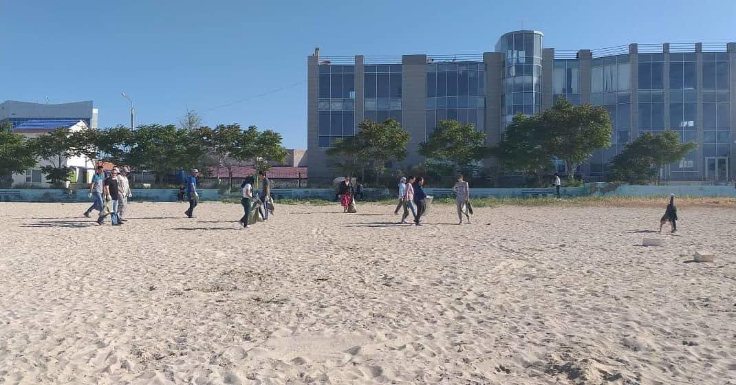 250 мешков мусора вывезли госслужащие с пляжа в Актау, фото-1