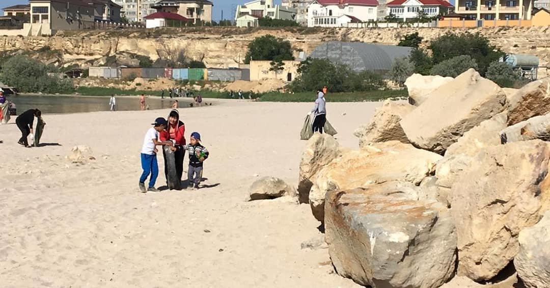 250 мешков мусора вывезли госслужащие с пляжа в Актау, фото-8