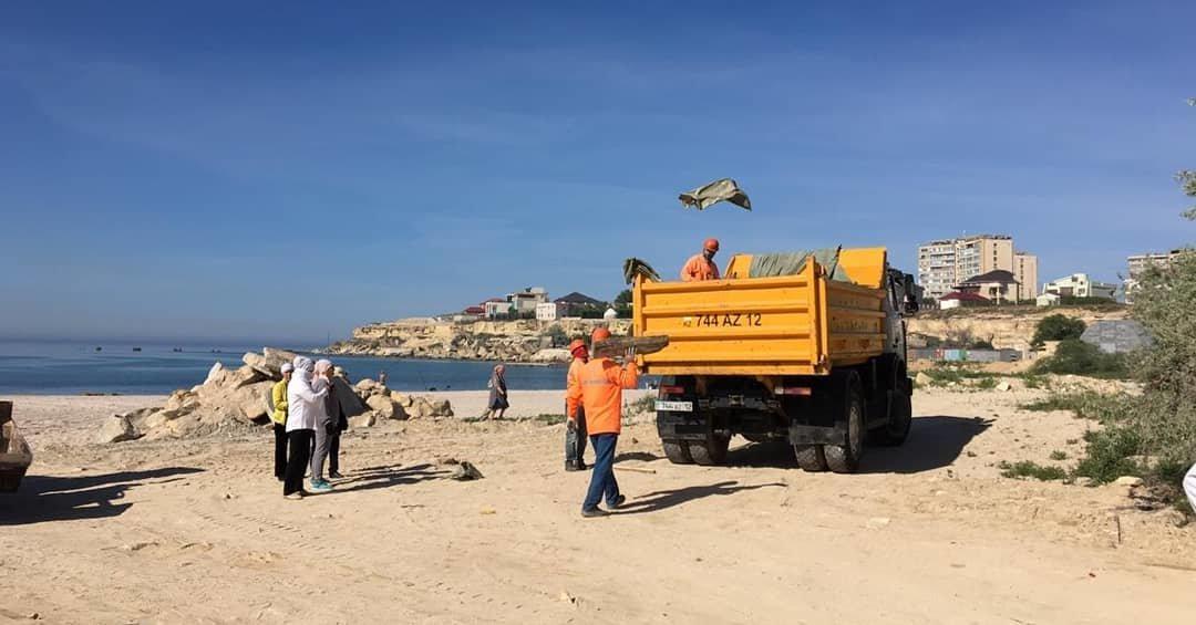 250 мешков мусора вывезли госслужащие с пляжа в Актау, фото-5