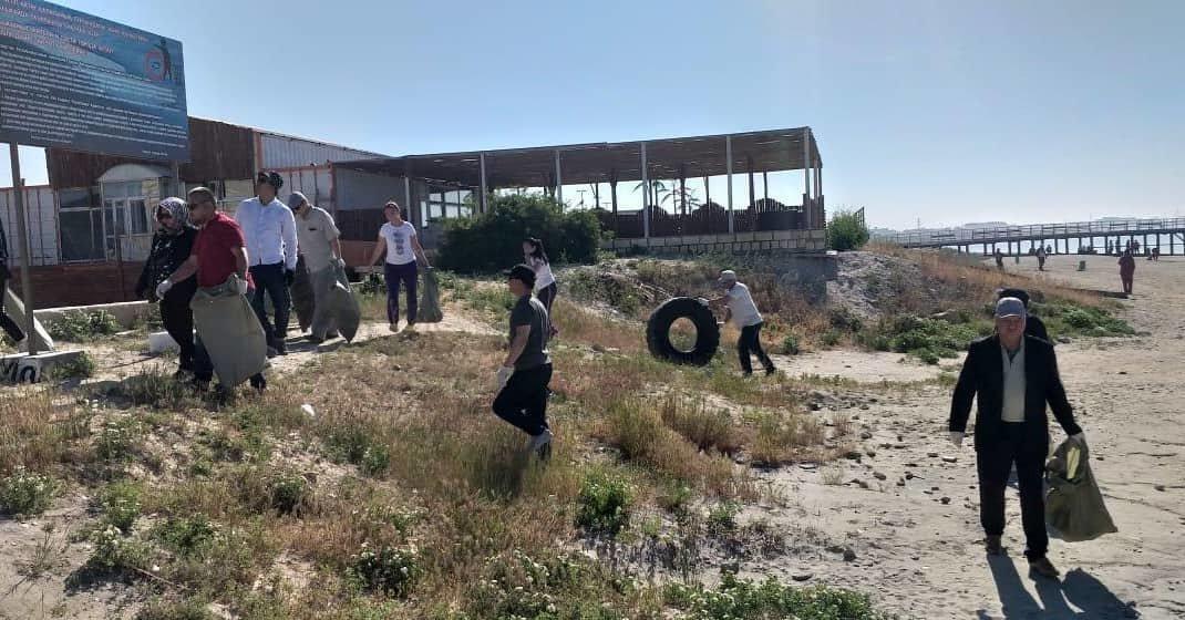 250 мешков мусора вывезли госслужащие с пляжа в Актау, фото-9