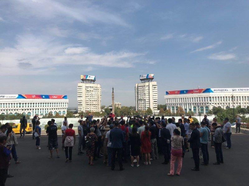 Жители Алматы вышли к акимату в поддержку жанаозенцев, фото-1