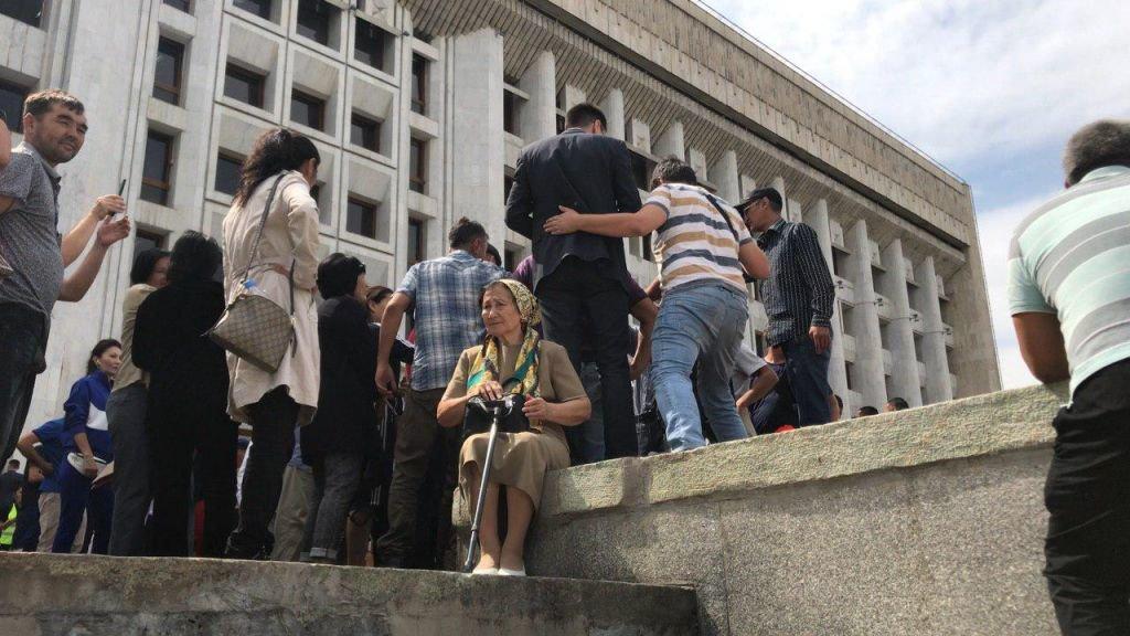 Жители Алматы вышли к акимату в поддержку жанаозенцев, фото-3