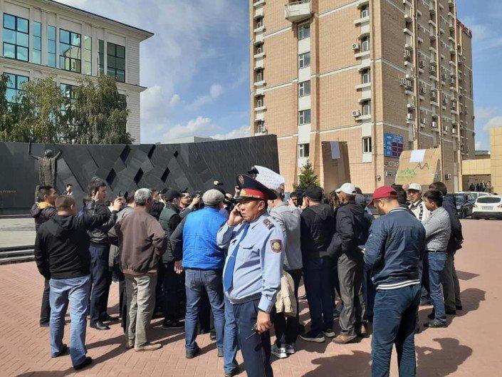 Жители Алматы вышли к акимату в поддержку жанаозенцев, фото-7