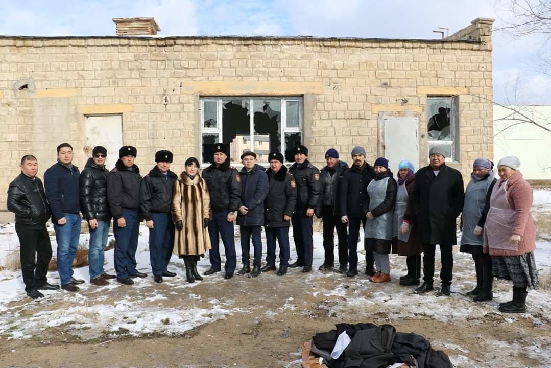 В Актау чиновники, полицейские и волонтеры одели и накормили бездомных, фото-9