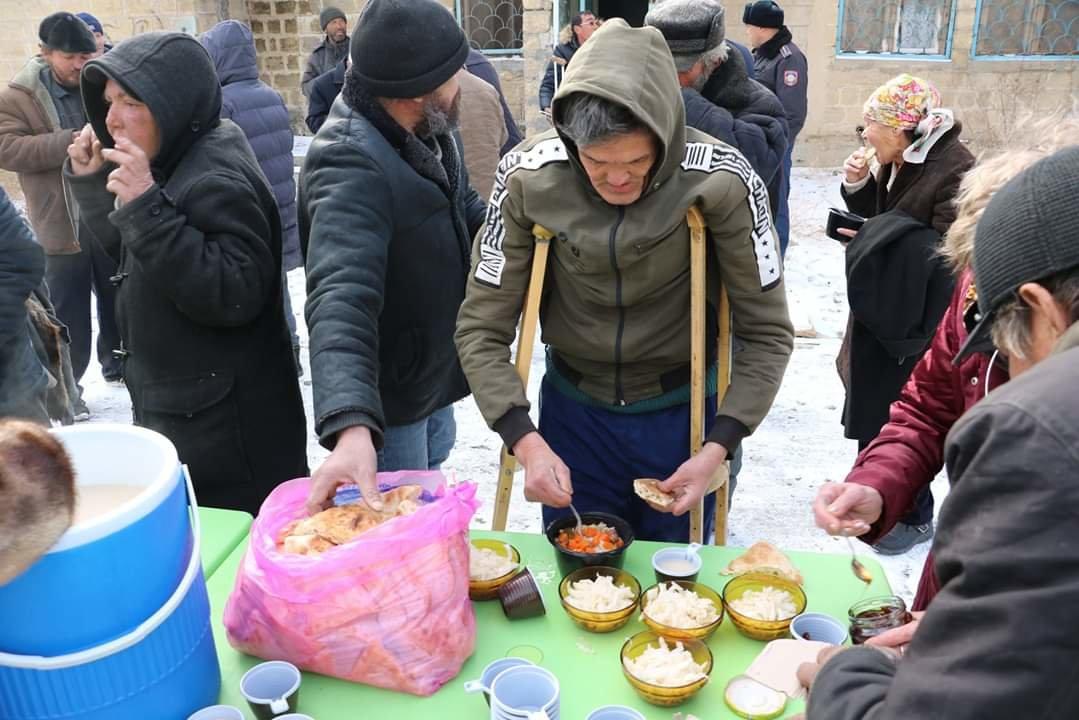 В Актау чиновники, полицейские и волонтеры одели и накормили бездомных, фото-6