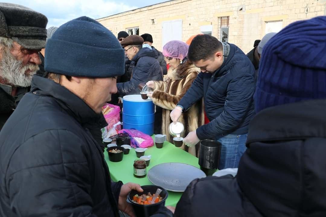 В Актау чиновники, полицейские и волонтеры одели и накормили бездомных, фото-7