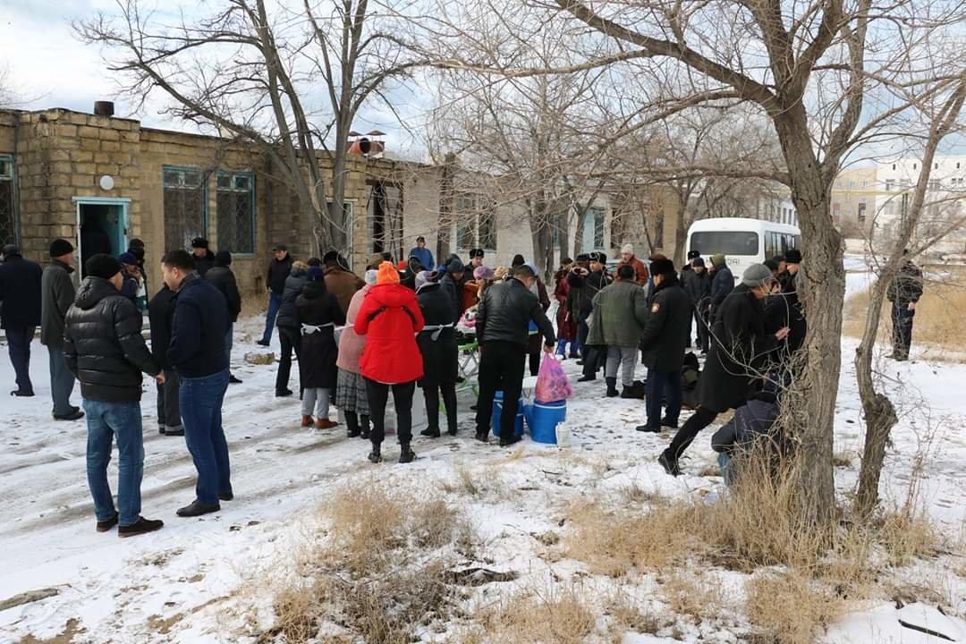 В Актау чиновники, полицейские и волонтеры одели и накормили бездомных, фото-1