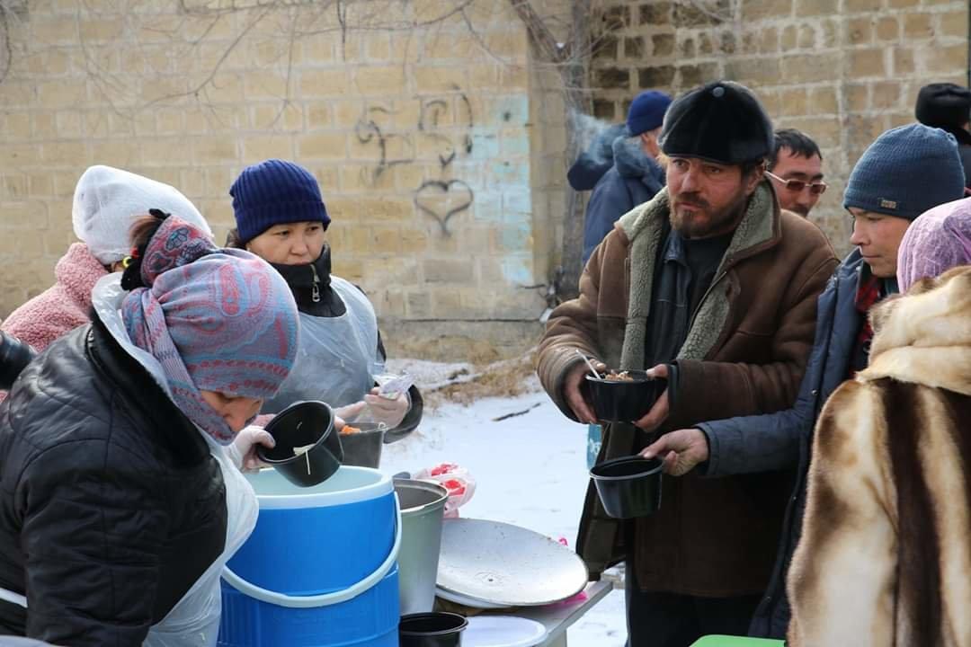 В Актау чиновники, полицейские и волонтеры одели и накормили бездомных, фото-8