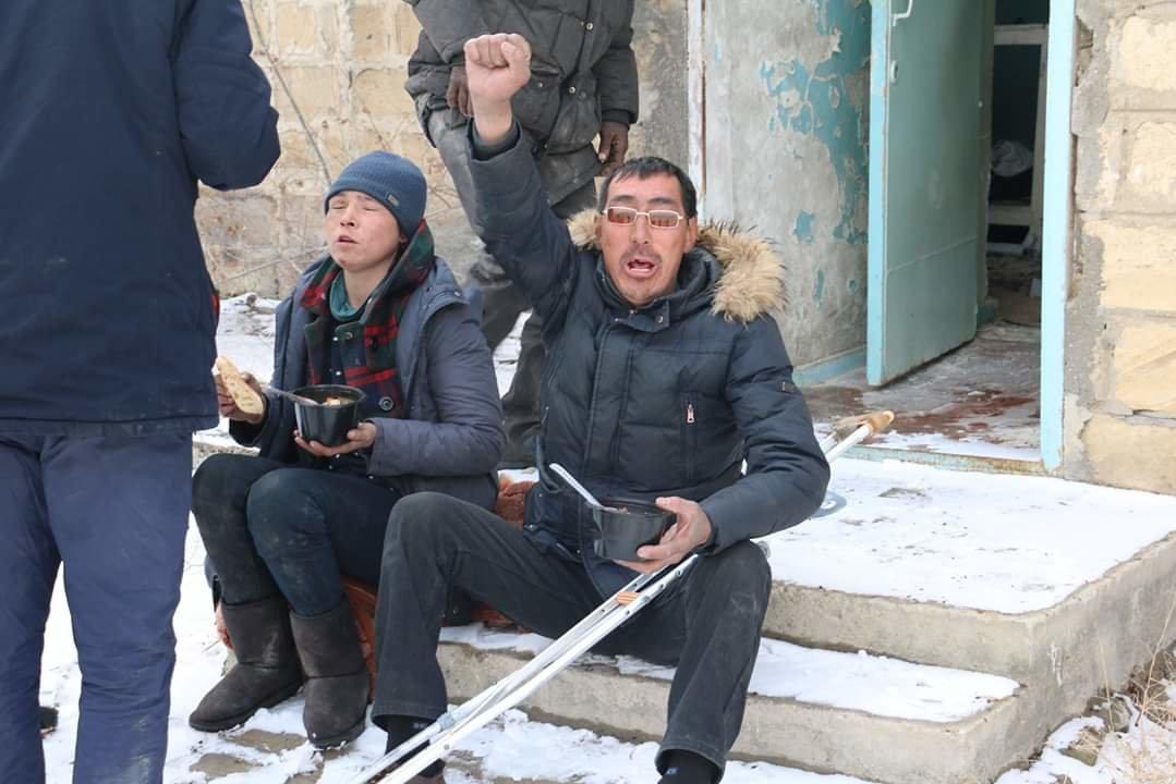 В Актау чиновники, полицейские и волонтеры одели и накормили бездомных, фото-3