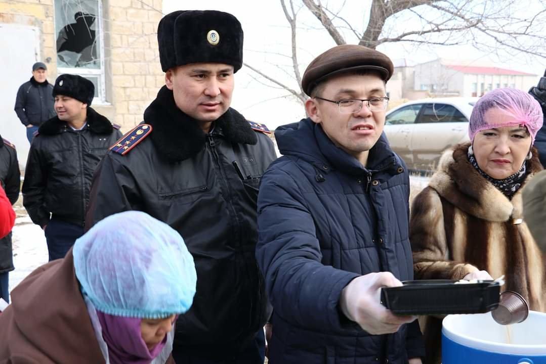 В Актау чиновники, полицейские и волонтеры одели и накормили бездомных, фото-2