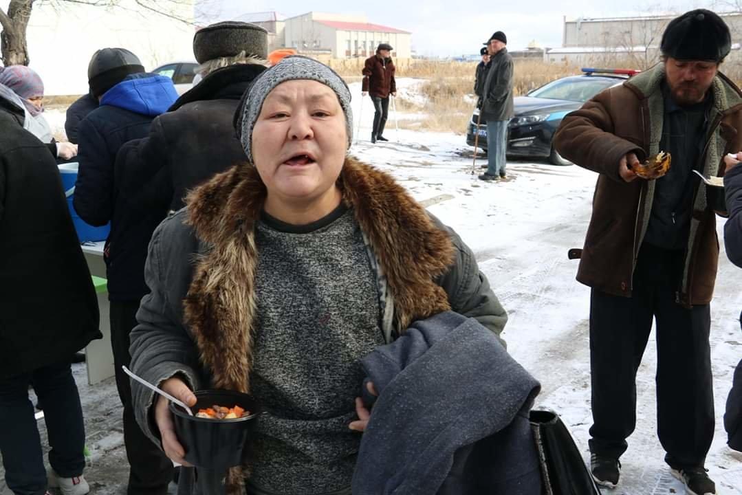 В Актау чиновники, полицейские и волонтеры одели и накормили бездомных, фото-4