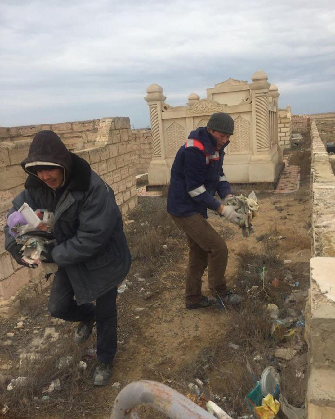 Аким Акшукура с волонтерами убрали мусульманское кладбище после жалобы жительницы, фото-2