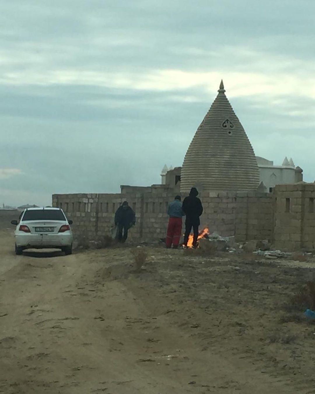 Аким Акшукура с волонтерами убрали мусульманское кладбище после жалобы жительницы, фото-3