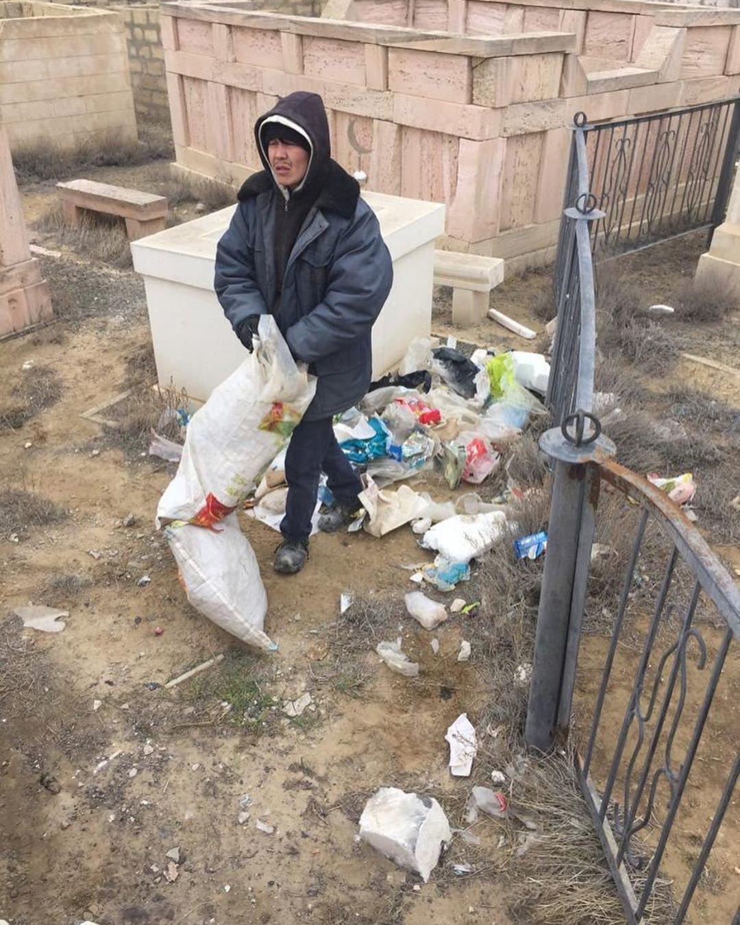 Аким Акшукура с волонтерами убрали мусульманское кладбище после жалобы жительницы, фото-1
