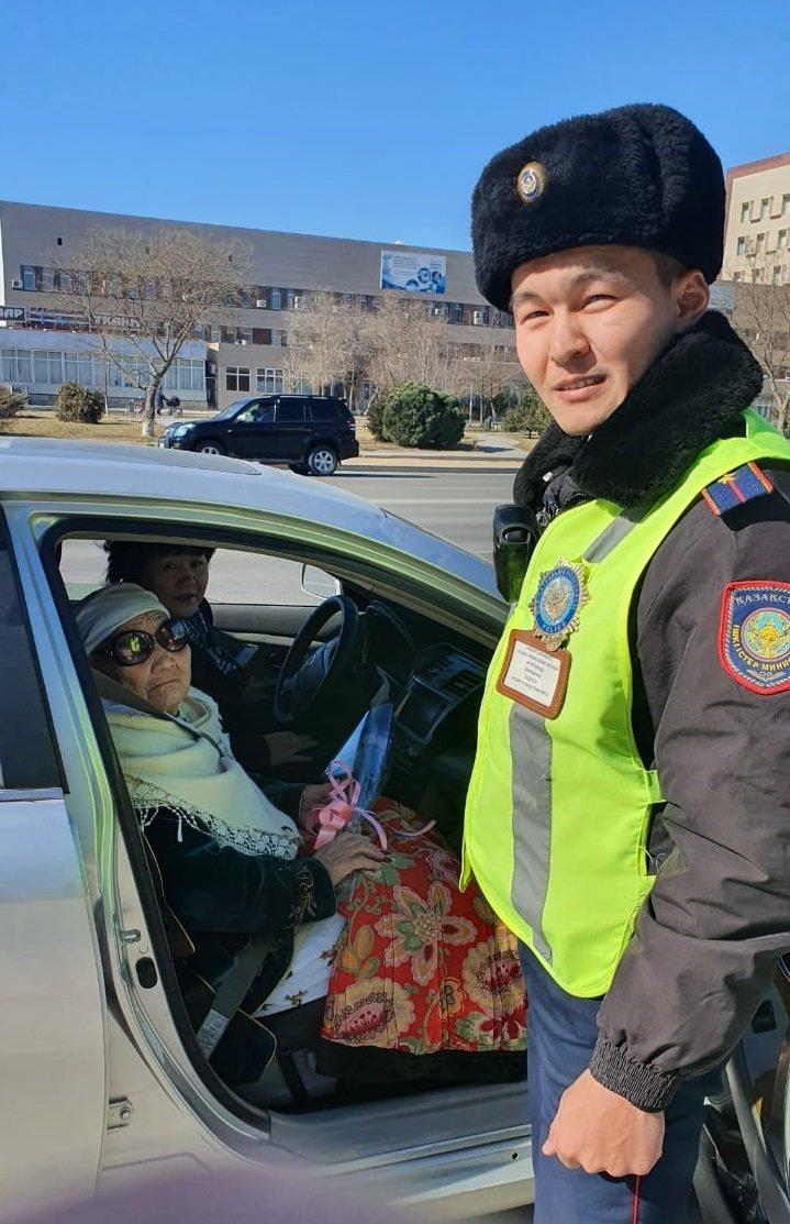 Цветы вместо штрафа: в Актау полицейские поздравили автоледи с 8 Марта, фото-1