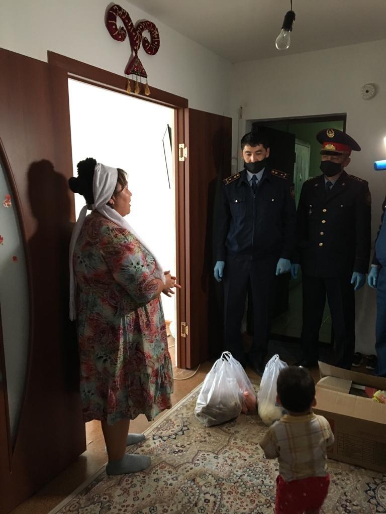Пожарные и полицейские оказали помощь многодетным семьям в Мангистау, фото-2