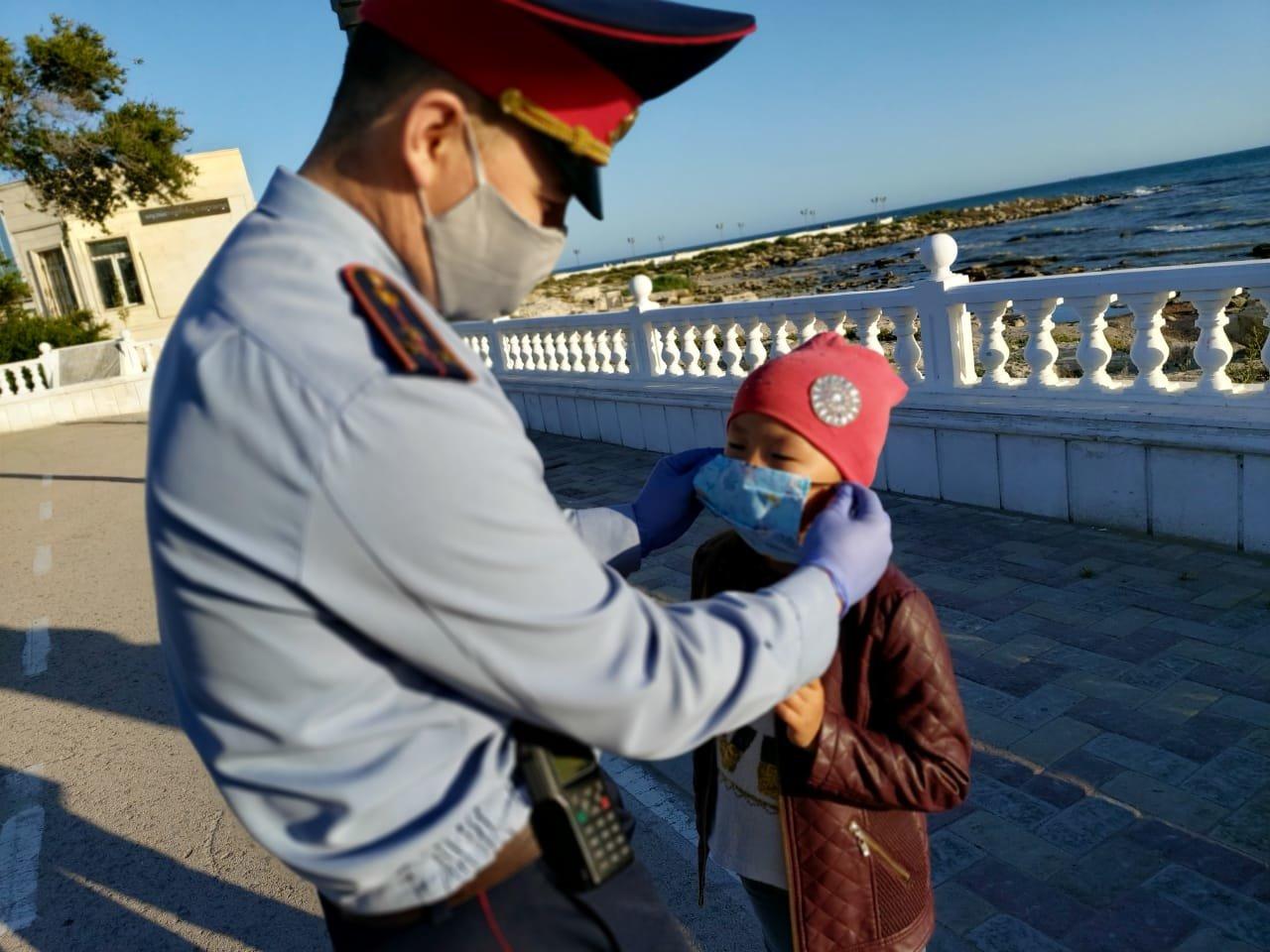 В Актау полицейские раздали маски детям, фото-1