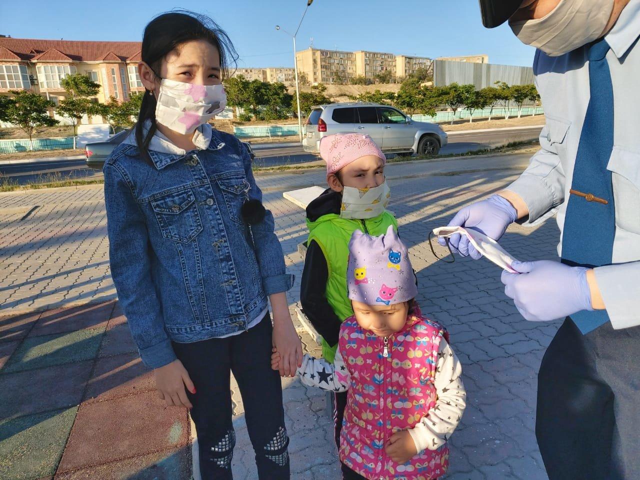 В Актау полицейские раздали маски детям, фото-2