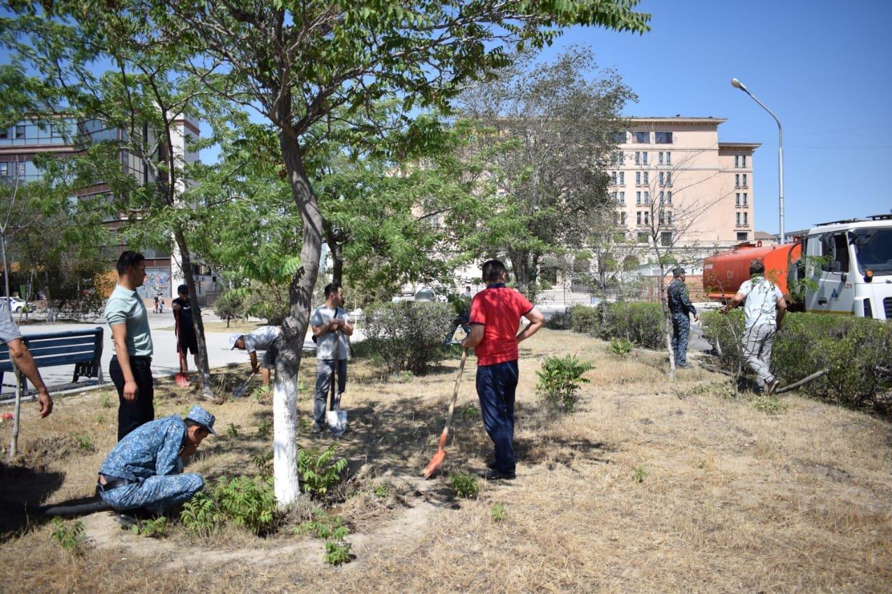 Сотрудники ДУИС полили деревья в Актау, фото-1
