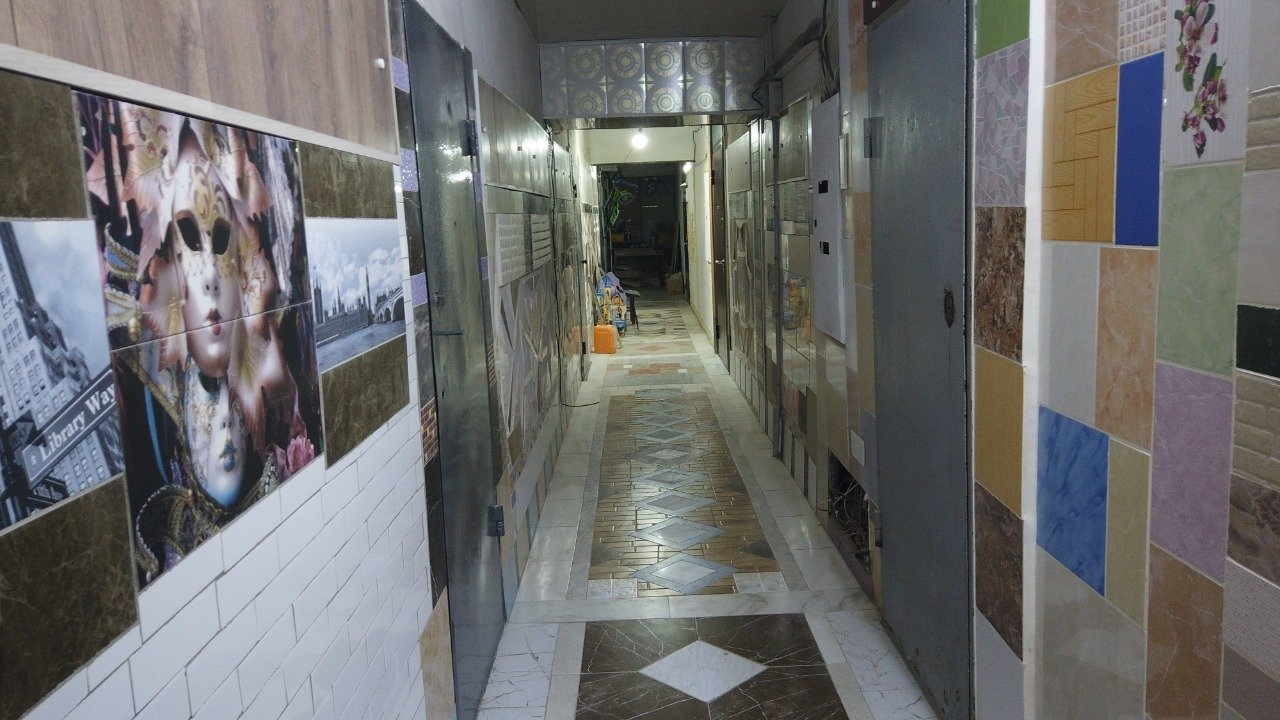 Житель Актау превратил подъезд многоквартирного дома в произведение искусства, фото-1