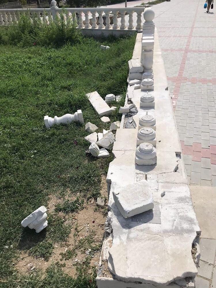 В Актау вандалы снова разгромили балюстрады в сквере Победы, фото-1