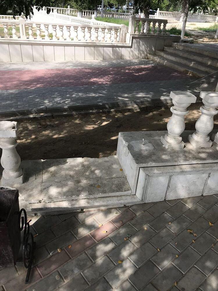 В Актау вандалы снова разгромили балюстрады в сквере Победы, фото-3