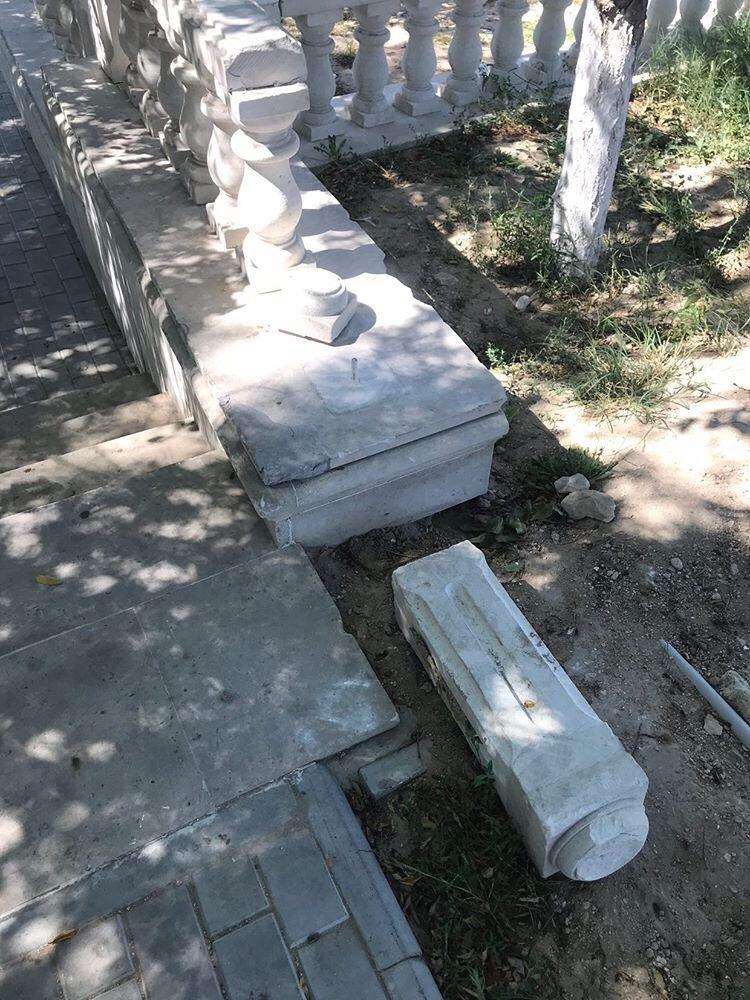 В Актау вандалы снова разгромили балюстрады в сквере Победы, фото-8