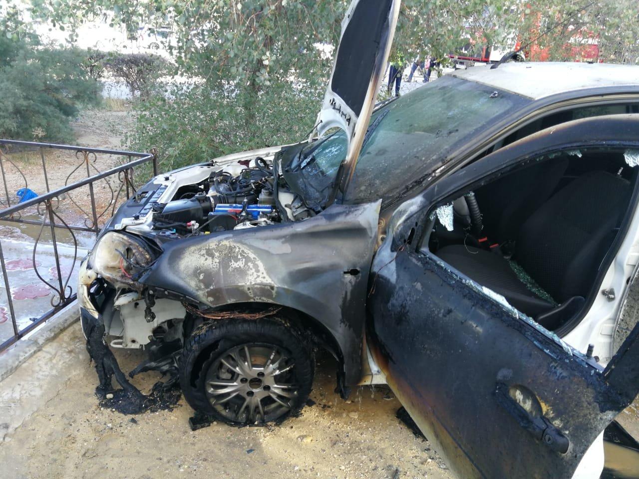 Автомобиль взорвался у жилого дома в Актау. ВИДЕО, фото-1