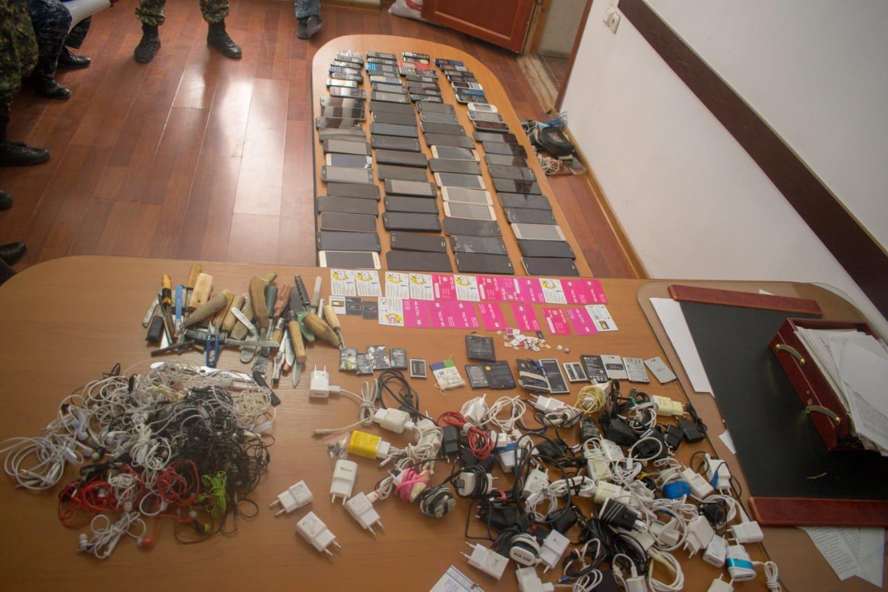 81 мобильный телефон изъяли в ходе обыска в мангистауской колонии, фото-1
