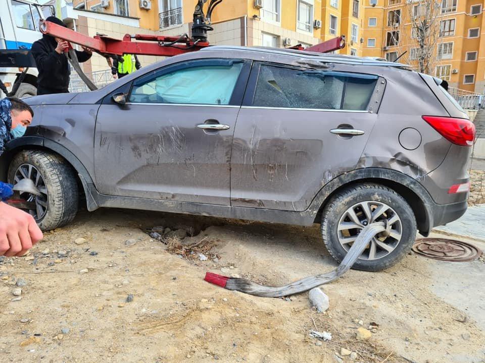 Провалившийся в яму автомобиль